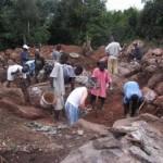 Alle helfen bei der Aushebung der Baugrube (2009)