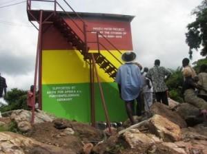 Die Dorfbewohner bestaunen das fertige Reservoir (2010)