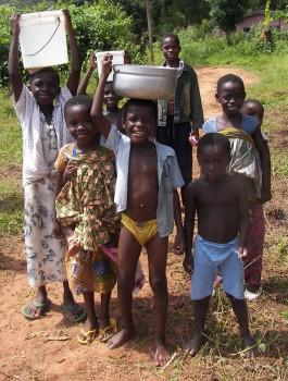 Kinder beim Wasserholen