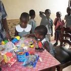 Kinder bestaunen mitgebrachtes Spielzeug